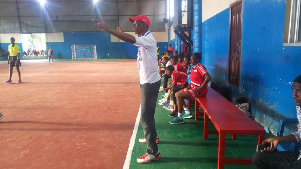 Coach Manga Mory SYLLA en action dans la salle de gymnase de handball